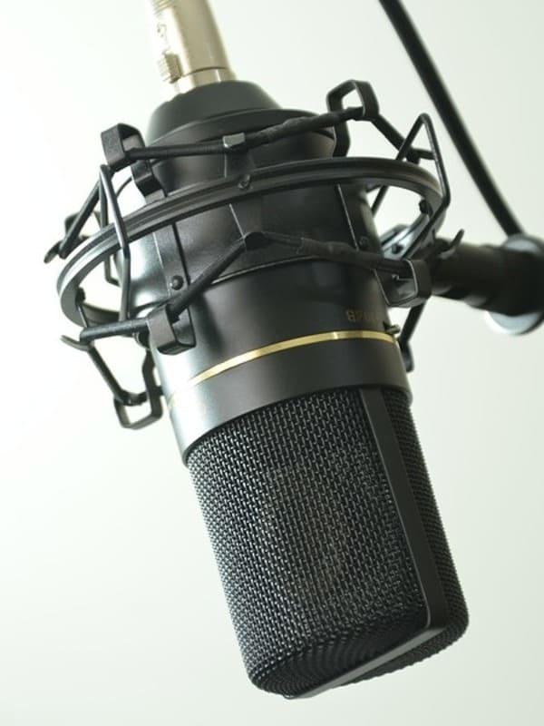 Gros plan sur un micro pour un cours de chant chez Groove Lab