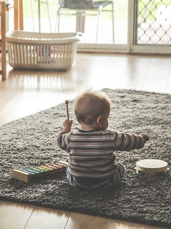 Un petit garçon jouant avec un xylophone durant un atelier d'eveil musical dans l'école de musique Groove Lab.